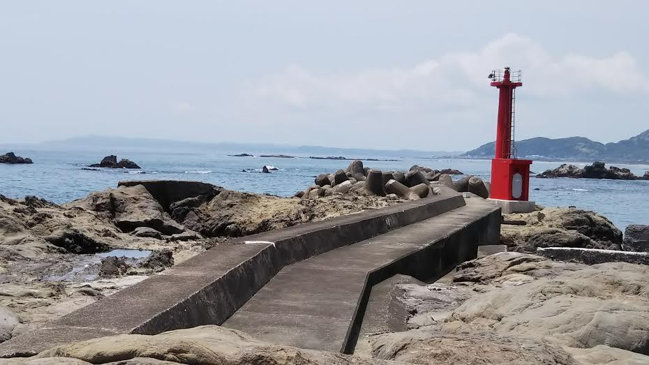 江見港の赤灯堤防